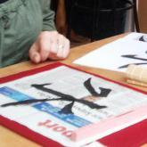 ...příště se naučí kromě znaků i paspartování, neboli adjustaci kaligrafie